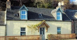 Roseate is in the centre of Lochcarron overlooking the loch and sleeps up to 4 people.